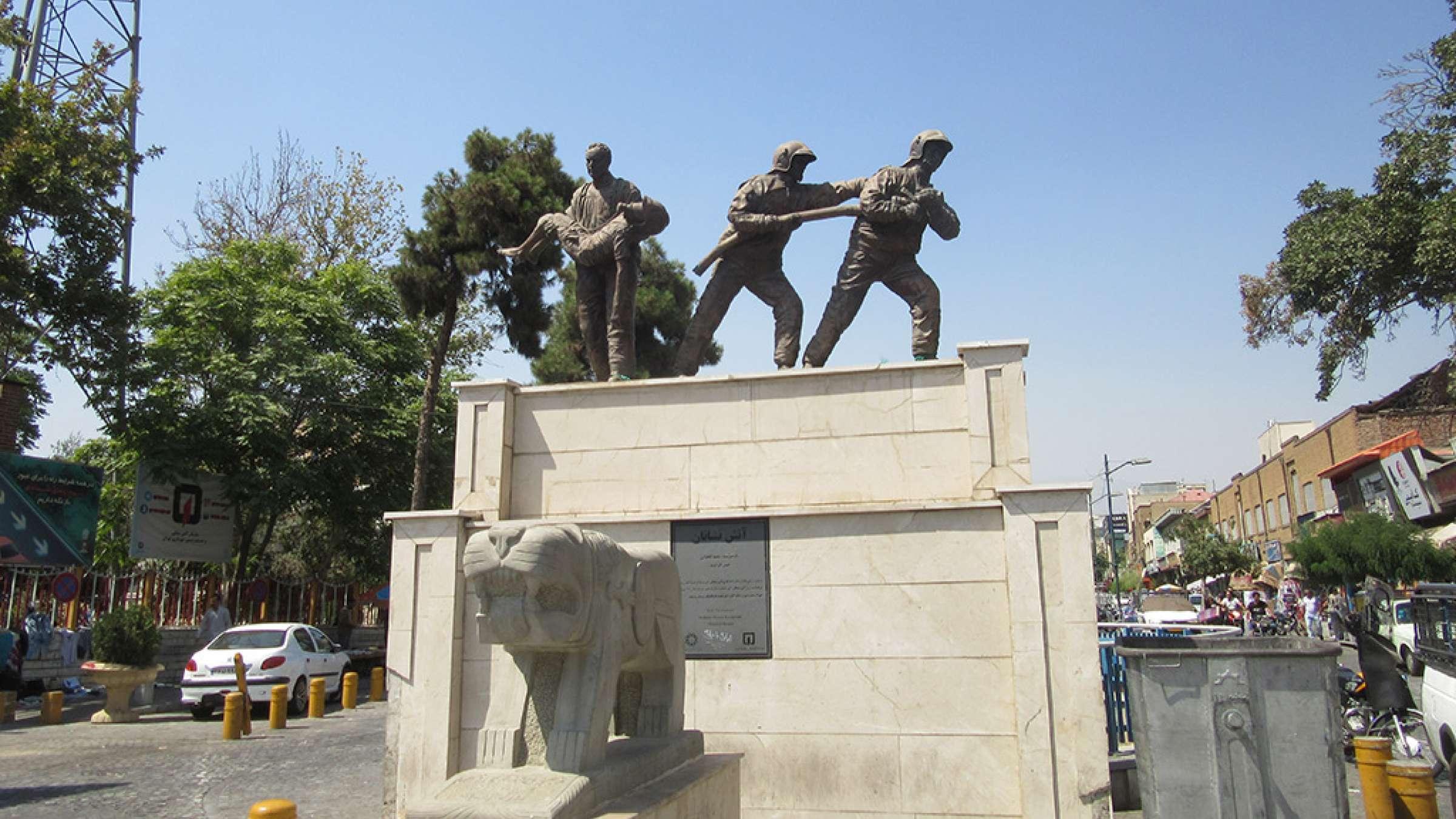 ادبیات-گلمحمدی-گزارش-آتش-سوزی-میدان-حسنآباد-تهران-مجسمه