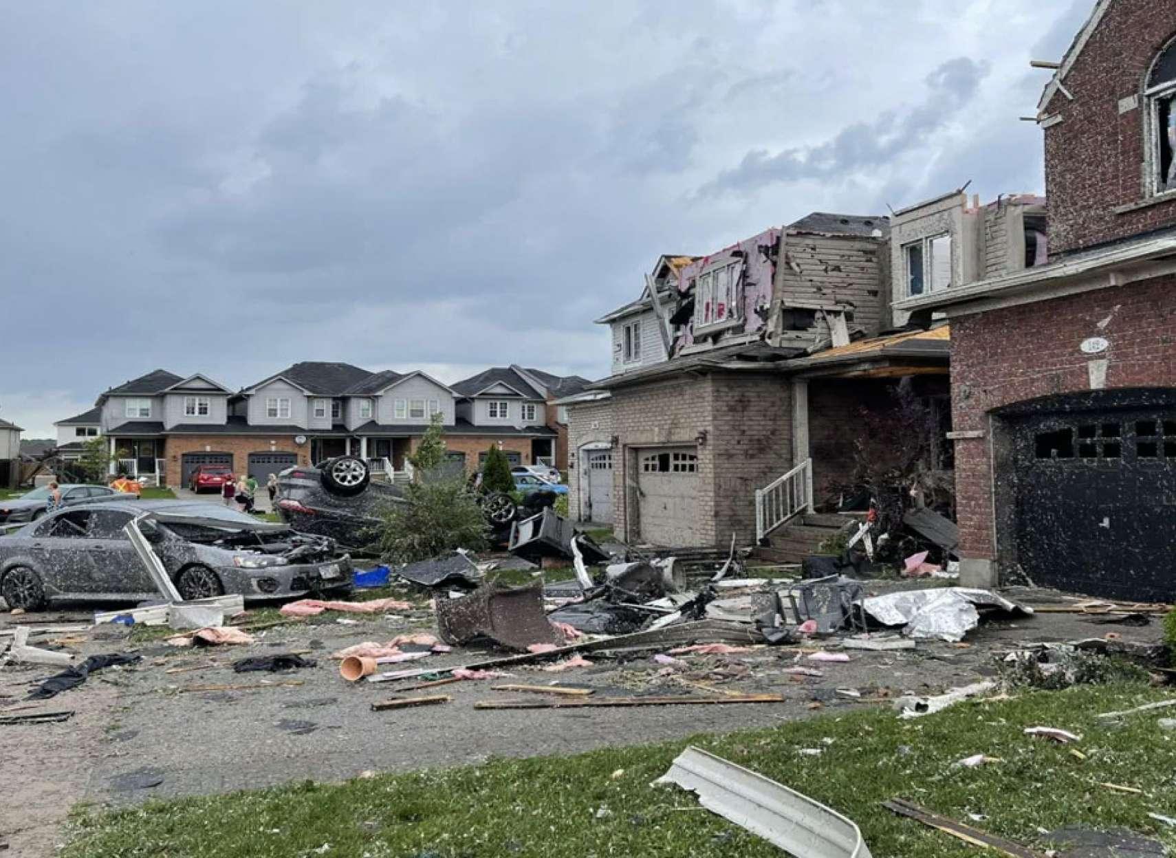 خبر-گردباد-شمال-تورنتو-خودروها-چپ-شده-سقفها-کنده-شده-تگرگ-به-اندازه-توپ-گلف-بارید-و-تعدادی-مجروح